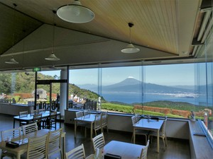 The shop is fitted with glass and can watch magnificent scenery